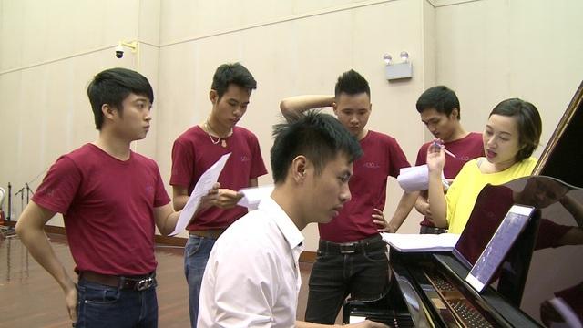 HLV Khánh Linh cùng các thành viên ĐH Mỏ - Địa chất