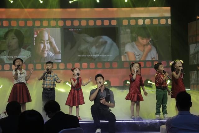 Các ca sĩ trẻ Tạ Quang Thắng, Cát Tường, Nhật Thủy và Ái Phương biểu diễn những ca khúc đang được yêu thích như Sống như những đóa hoa, Cất bước, Em muốn.