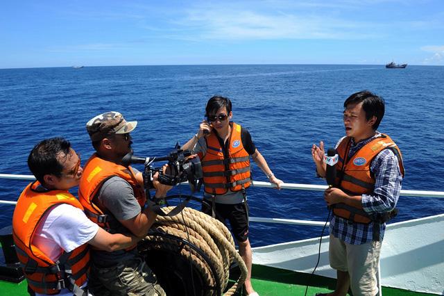 Một ê-kíp của VTV tác nghiệp tại vùng biển Hoàng Sa (Ảnh: Nhân vật cung cấp)