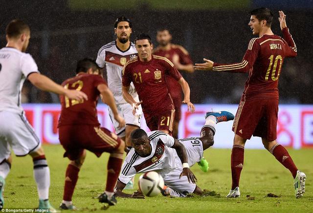 Trận đấu giữa Tây Ban Nha và Đức bị ảnh hưởng rất nhiều bởi cơn mưa nặng hạt