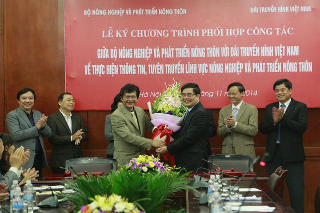 TGĐ Đài THVN trao hoa cho Bộ trưởng BộNN&PTNT.