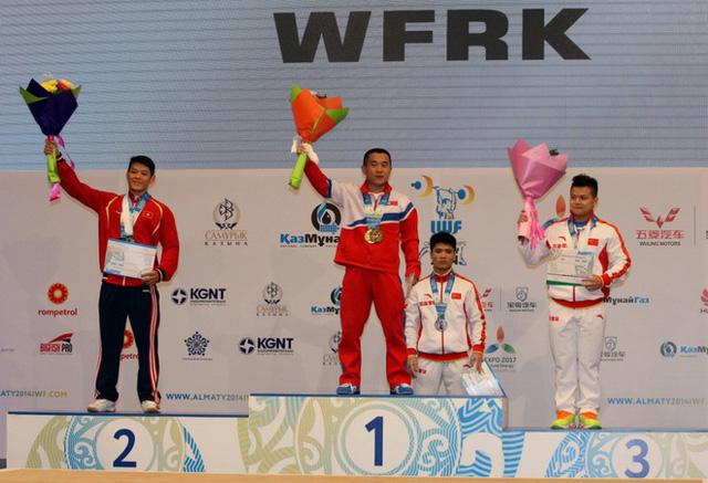 Thạch Kim Tuấn (bên trái) nhận huy chương bạc tổng cử