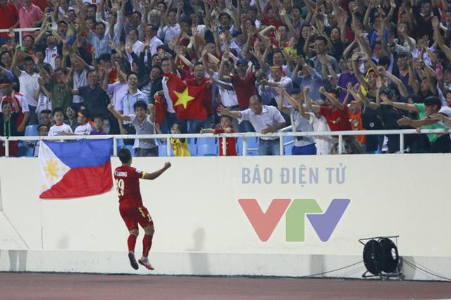 Chưa dừng lại ở đó, phút 57, Thành Lương có pha xử lý xuất sắc trước khi tung cú sút tuyệt đẹp, khiến thủ thành đối phương lần thứ 3 phải vào lưới nhặt bóng. Anh chạy lại khu vực khán đài để ăn mừng cùng các CĐV đội nhà.