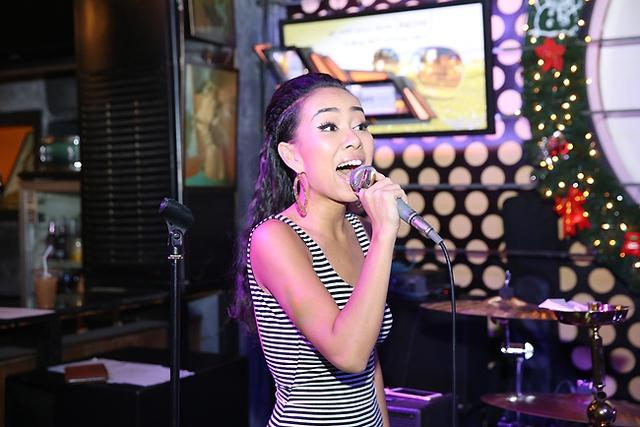 Thảo Trang hết mình tại buổi tập của Tôi tỏa sáng tại phòng trà Acoustic.