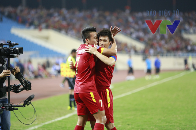 Tuy nhiên, người hâm mộ Việt Nam cũng không phải chờ quá lâu để có thể ăn mừng bàn thắng đầu tiên. Phút thứ 9, Hoàng Thịnh tung cú sút xa bất ngờ từ khoảng cách 25m, hạ gục thủ thành Philippines, mở tỷ số cho đội chủ nhà.