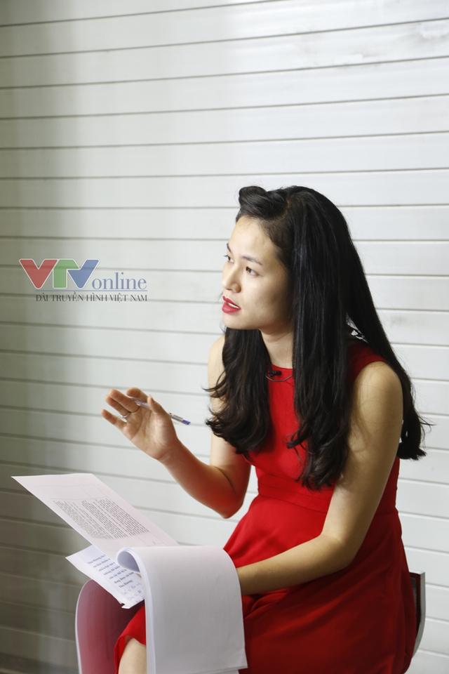 Bên ngoài trường quay vào lúc này, BTV Thu Hương, bạn dẫn của Nhà báo Quốc Khánh, đang đọc kịch bản chương trình.