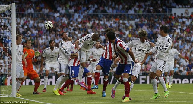 Tiền vệ Tiago đánh đầu tung lưới thủ thành Casillas