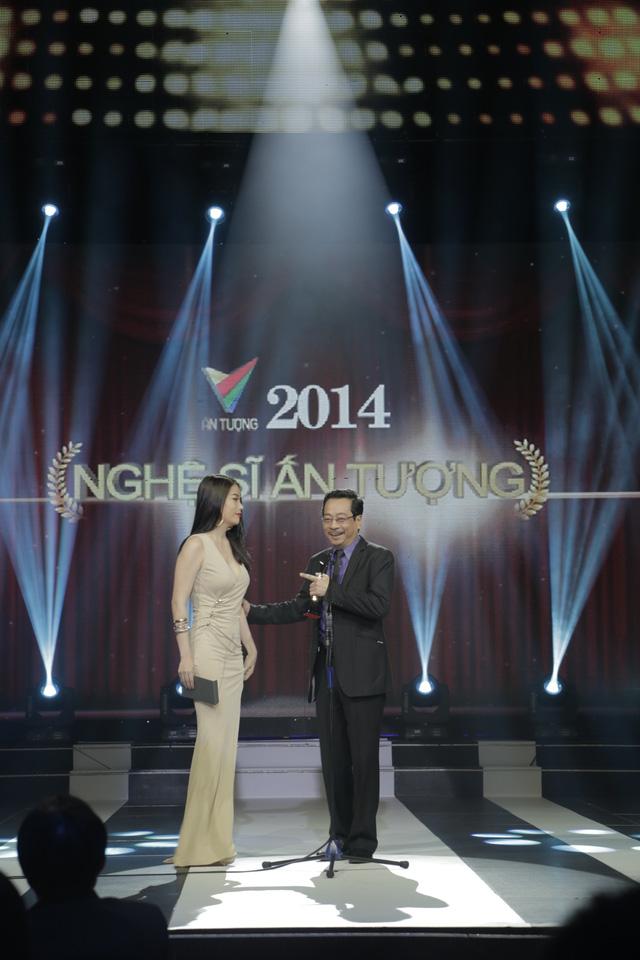Diễn viên Trương Ngọc Ánh và NSND Hoàng Dũng là khách mời công bố giải thưởng tiếp theo: Nghệ sĩ ấn tượng.