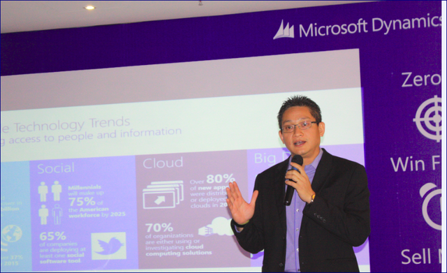 Ông Vũ Minh Trí - Tổng giám đốc Microsoft Việt Nam - giới thiệu sản phẩm mới Microsoft Dynamics CRM 2015