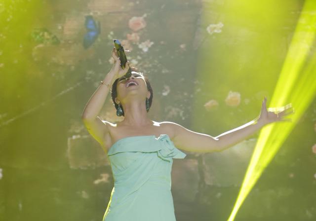 Hoàn tất nhiệm vụ trao giải, Uyên Linh gửi tặng khán giả một ca khúc thể hiện rõ chất giọng đầy nội lực của mình.