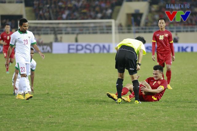 Các cầu thủ Indonesia chủ động chơi áp sát và không ngại va chạm.