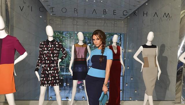 Victoria Beckham bên thương hiệu thời trang nổi tiếng của cô.
