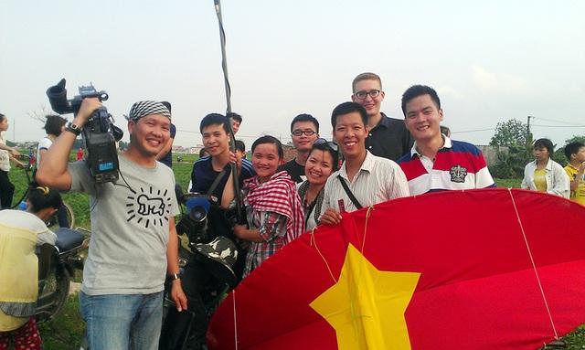 Ê-kíp sản xuất vớiMathew MartinẢnh, trong tập phát sónghọc làm diều sáo ở Làng Đan Tảo, Sóc Sơn.