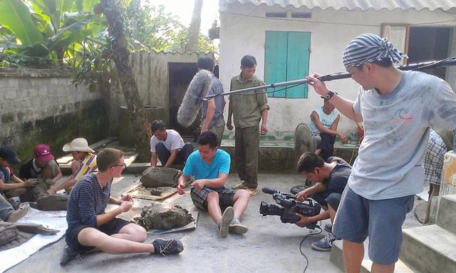 Anh Mathew Martinlàm pháo đất ở Ninh Giang, Hải Dương.