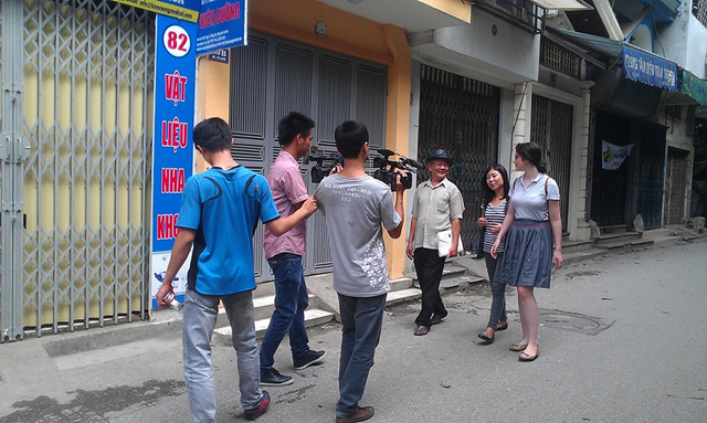 Shoshana, quốc tịch Mỹhọc về nghề thúc đồng với nghệ nhân Lê Văn Phú ở Hà Nội.