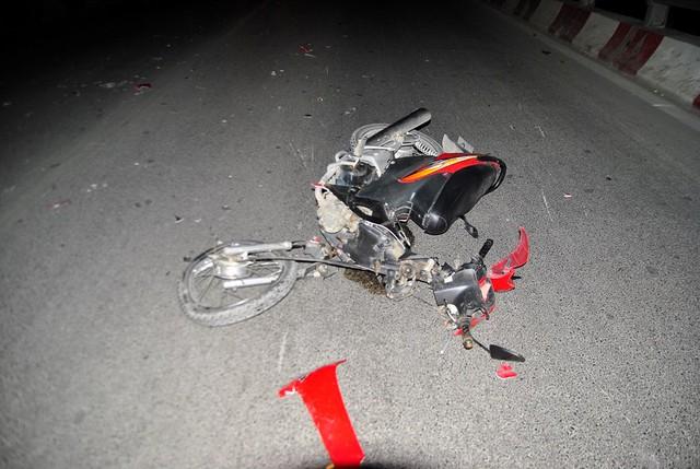 Sau khi đối đầu xe taxi, xe máy của nạn nhân bị vỡ vụn phần đầu (Ảnh: Võ Phương/Vietnam+)
