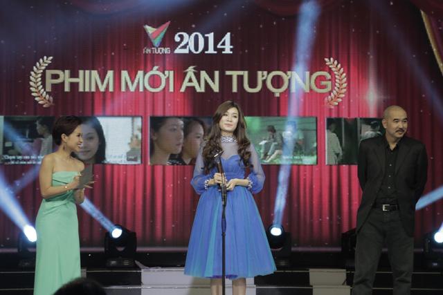 Giải thưởng Phim mới ấn tượng được trao cho bộ phim Vừa đi vừa khóc. Thay mặt ê-kíp sản xuất chương trình, ca sỹ Minh Thư lên nhận giải.