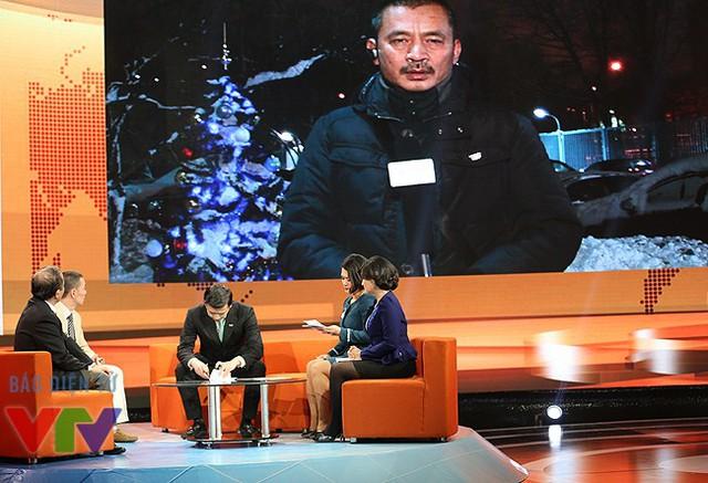 Các khách mời trò chuyện với phóng viên Duy Nghĩa - thường trú của VTV tại Nga.