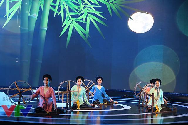 Các nghệ sĩ biểu diễn lại một bài dân ca ví dặm Nghệ Tĩnh.
