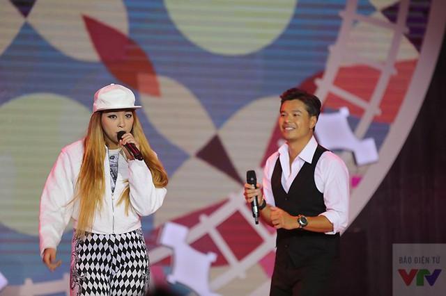 Phần trình diễn của nữ rapper Kim đã khiến bất cứ ai cũng không thể ngồi yên tại chỗ. Cô đã khiến cả trường quay phải nhún nhảy theo.