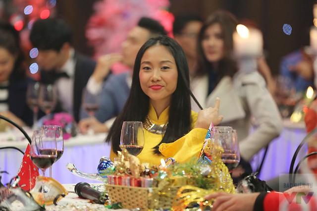 Nữ ca sĩ Đoan Trang tỏa sáng với chiếc áo dài màu vàng mang đầy sắc Xuân.