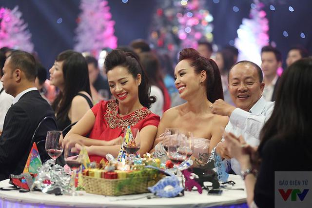 Người mẫu Thúy Hằng, Thúy Hạnh và diễn viên Đức Hải nhún nhảy theo điệu nhạc.