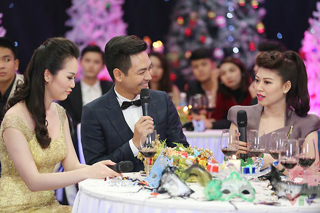 MC Phan Anh trò chuyện cùng BTV Ngọc Trinh và Thụy Vân.