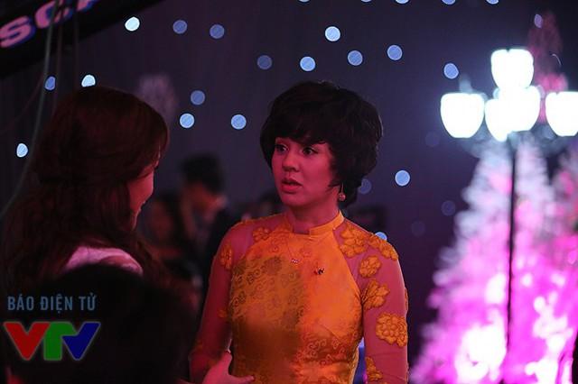 MC Diễm Quỳnh nói chuyện với nhân viên hậu trường, trước khi quay.