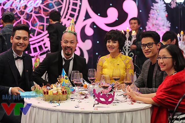 Cô cùng MC Phan Anh, NTK Đức Hùng, Hà Anh Tuấn và TS. Ly Ly.