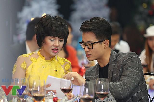 Trao đổi kịch bản với ca sĩ Hà Anh Tuấn.