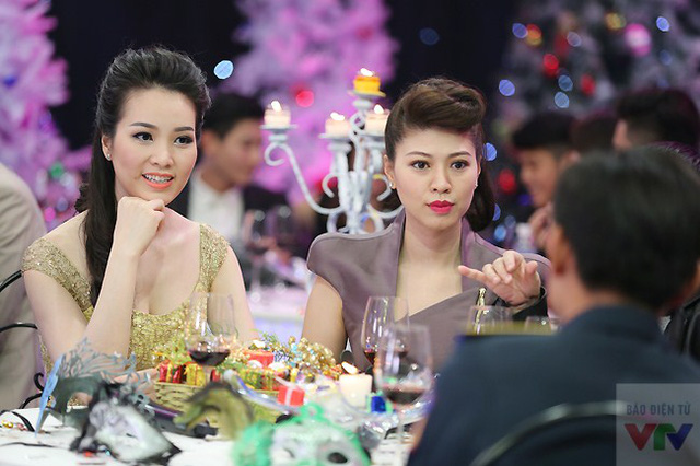 Ngọc Trinh và Thụy Vân vui vẻ trò chuyện với các nhân vật khách mời ngồi cùng bàn.