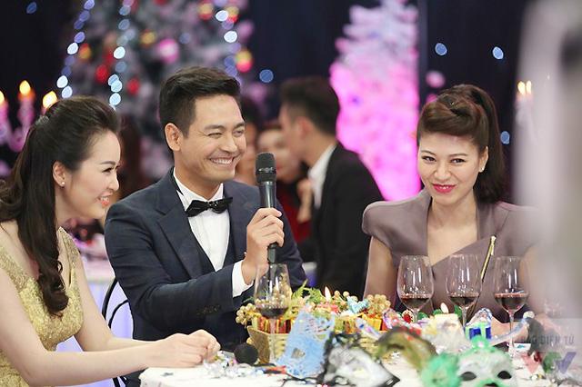MC Phan Anh tỏ ra bối rối khi ngồi giữa hai người đẹp - hai BTV xinh đẹp của Chuyển động 24h.