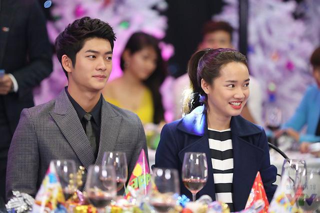 Kang Tae Oh và Nhã Phương luôn nở nụ cười trong suốt thời gian ghi hình. Sau một thời gian hợp tác, dàn diễn viên Hàn Quốc và Việt Nam tỏ ra khá thân thiết.