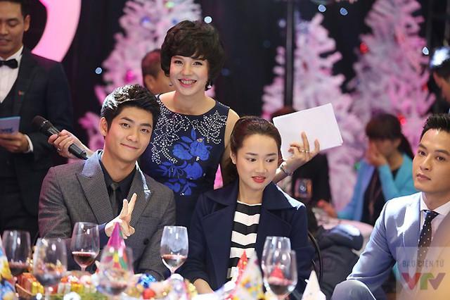 MC Diễm Quỳnh chụp ảnh chung cùng Kang Tae Oh. Nữ MC được yêu thích nói với VTV News rằng cô chụp ảnh chung với Kang Tae Oh để khoe với con gái.