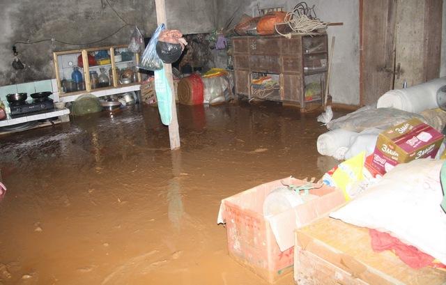 Bùn thải chảy tràn cả vào nhà người dân
