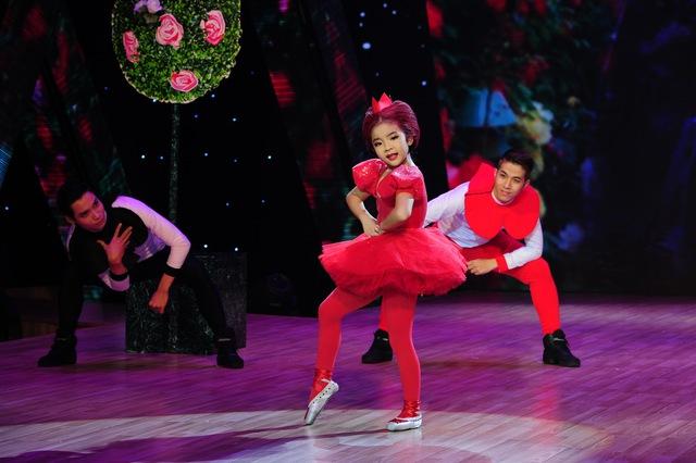 Yến Nhi thể hiện khả năng múa ballet khi sắm vai hoàng hậu kênh kiệu