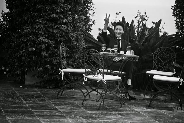 Không thông báo từ trước, Châu Tấn và chồng đã trao nhẫn cưới trong một sự kiện từ thiện vào tháng 7 vừa rồi tại Thượng Hải. Sau đó cặp đôi đăng ký kết hôn tại quê nhà của Châu Tấn và tổ chức lễ báo hỉ với họ hàng vào cuối tháng 7 tại quê nhà của nữ diễn viên xinh đẹp. Châu Tấn không có ý định tổ chức một đám cưới 'rầm rộ' với sự góp mặt của đông đảo đồng nghiệp trong làng giải trí như phần lớn ngôi sao.