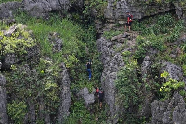 Các thành viên còn phải leo trèo giữa những ngọn núi đá tai mèo để đến với thử thách.