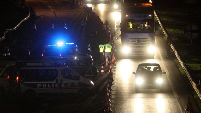 Nhân viên cảnh sát kiểm tra xe ô tô đi qua cầu Europa Bridge tại biên giới Pháp - Đức giữa Kehl và Strasbourg, Pháp. (Ảnh: mashable.com)