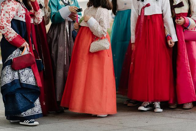 Nhiều người trẻ của Hàn Quốc đã thể hiện niềm tự hào với trang phục truyền thống khi lựa chọn Hanbok để tham dự Tuần lễ thời trang Seoul.