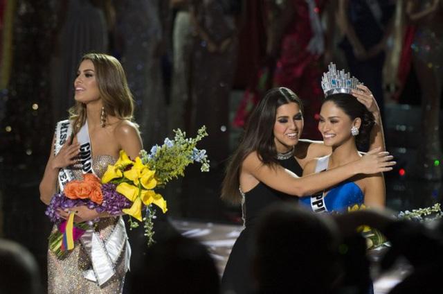 Khoảnh khắc đăng quang được cho là tổn thương và khó khăn nhất trong lịch sử của 64 năm Hoa hậu Hoàn vũ. (Ảnh: Life Style)