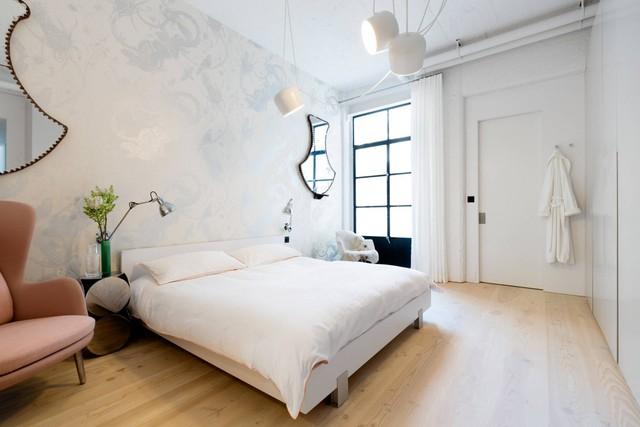 Phòng ngủ lớn nhẹ nhàng và tinh tế với những món đồ nội thất tối giản