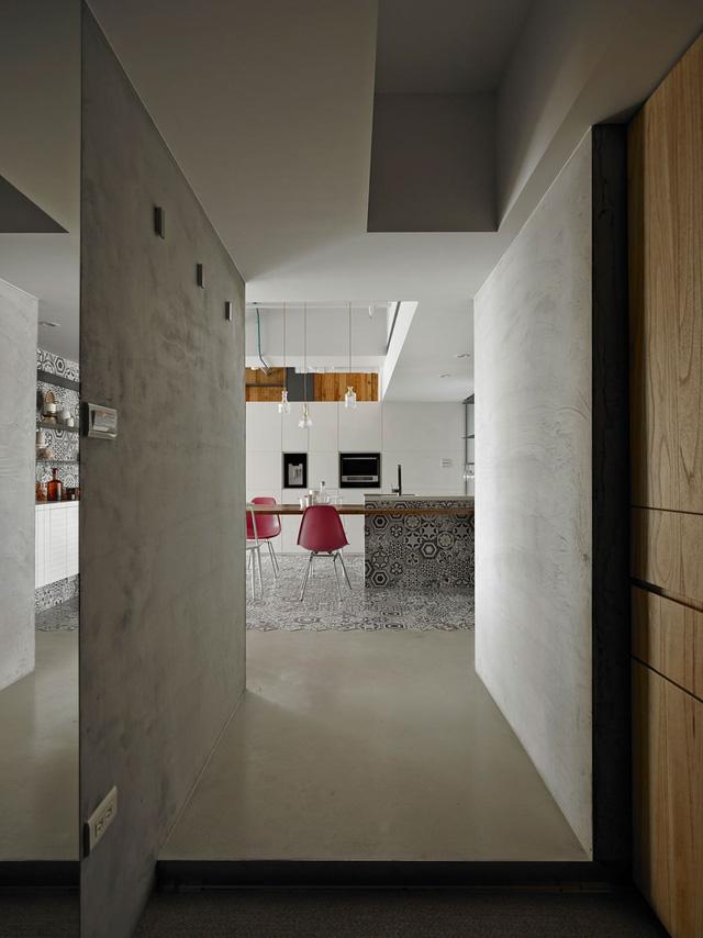 Lối vào căn hộ rộng rãi với những mảng tường màu bê tông