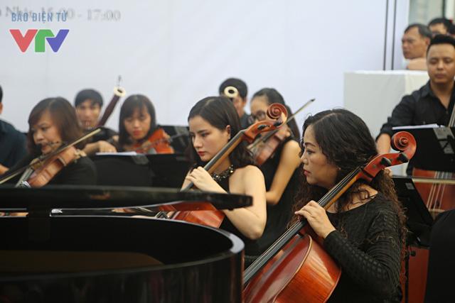 Khác với các năm trước, Luala Concert 2015 không có sự xuất hiện của những giọng ca đình đám ở dòng nhạc nhẹ như Tùng Dương, Hồng Nhung hay Mỹ Linh. Thay vào đó, khách mời của buổi biểu diễn năm nay là giọng ca của dòng nhạc hàn lâm.
