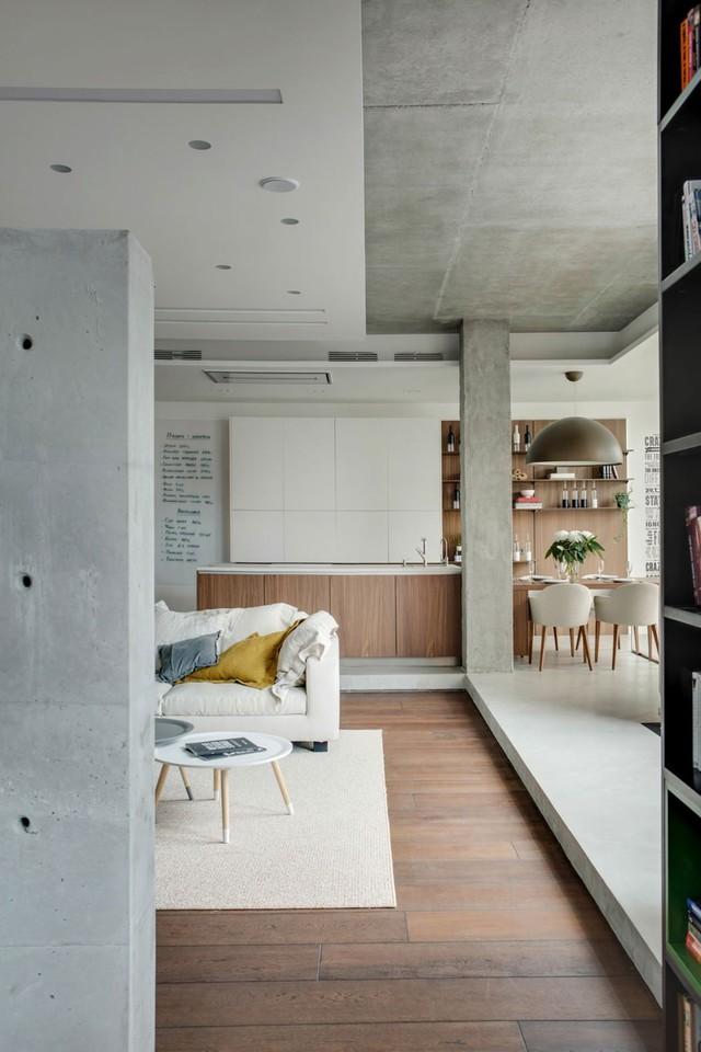 Thay vì sử dụng tường, các KTS ngăn cách các khoảng không gian trong căn hộ bằng biện pháp nâng nền nhà