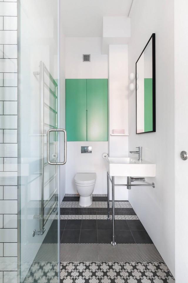 Khu vực toilet có điểm nhấn là hệ tủ màu xanh lá cây tươi mát