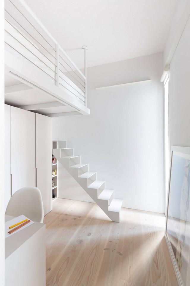 Phòng làm việc tích hợp phòng ngủ cho khách với chiếc giường được treo trên cao nhằm tiết kiệm diện tích