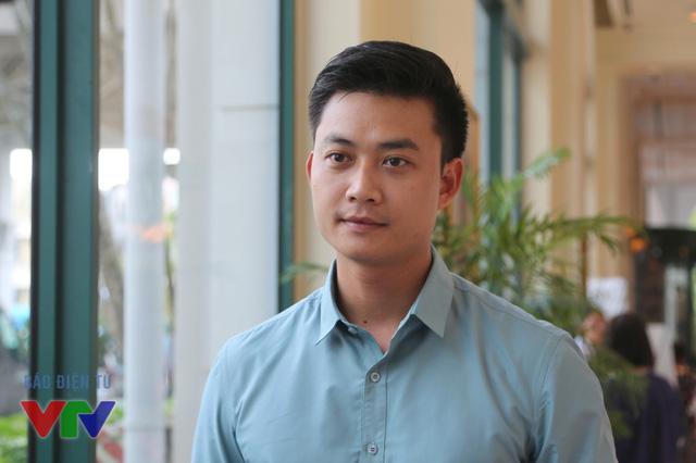 Câu hỏi số 5 đánh dấu sự trở lại của Tiến Lộc trên màn ảnh nhỏ. Trong phim, anh thủ vai Thượng úy Phong - một vai diễn có khá nhiều điểm tương đồng với nhân vật Minh cương trực, thẳng thắn trong Chạm tay vào nỗi nhớ.