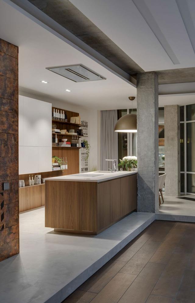 Căn bếp được thiết kế đơn giản với hệ thống kệ mở, tạo cảm giác rộng rãi