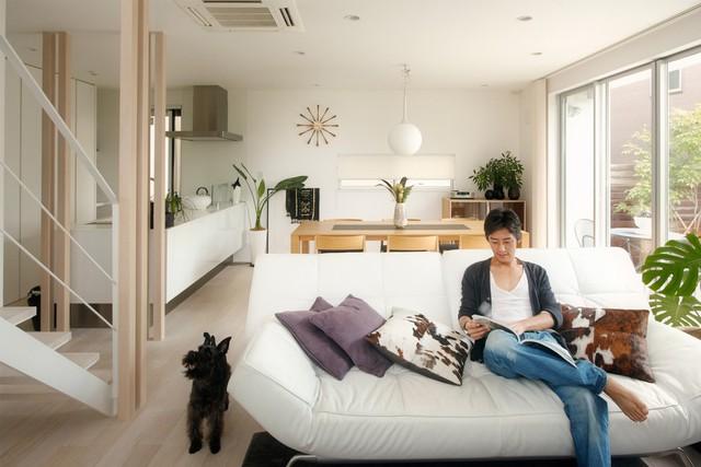 Phòng khách và phòng bếp là một không gian liên thông, được ngăn cách bởi chiếc sofa